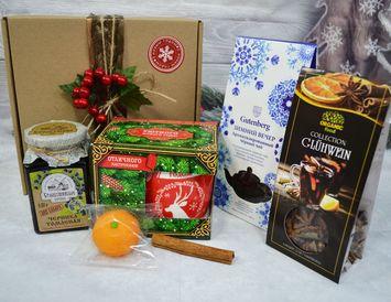 Новогодний подарок с чаем, кружкой и вареньем