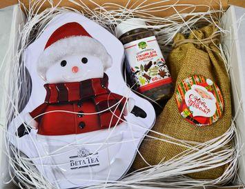 Подарок на Новый год с чаем, орешками и специями для глинтвейна