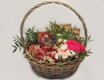Корзина Комби с цветами и фруктами