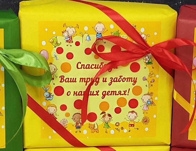 Подарок на День воспитателя с орешками в шоколаде и чаем